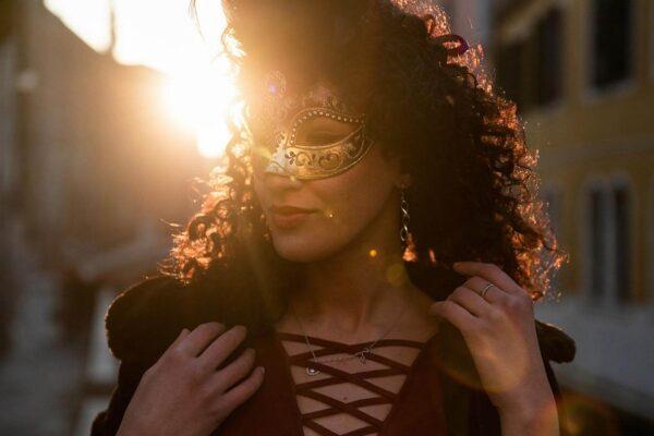 Ragazza a Venezia con Colombina Piumata - Maschera Veneziana Artigianale