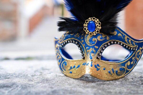 Colombina Piumata Blu sopra un pozzo in una calle di Venezia - Maschera Veneziana Artigianale