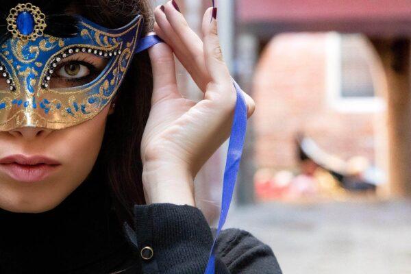 Ragazza a Venezia con Colombina Piumata Blu - Maschera Veneziana Artigianale