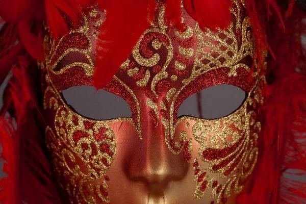 Piuma Sonia Red - Detail 1 - Venetian Mask